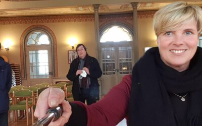 Cindy Holmberg besucht die Synagoge in Hechingen